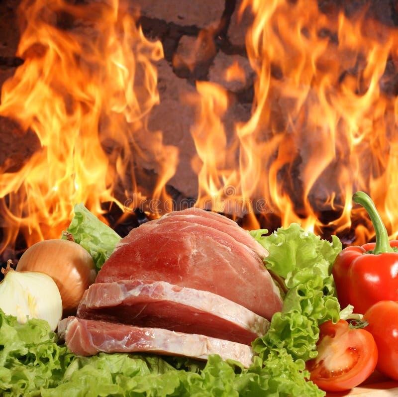Carne fresca sui fogli di insalata con le verdure fotografie stock libere da diritti