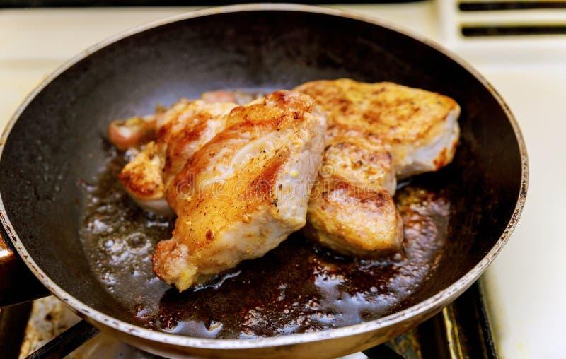 Carne frita en un sartén, cierre del chopsteak para arriba imágenes de archivo libres de regalías
