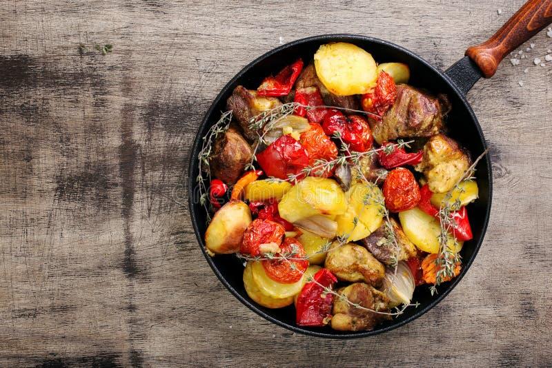 Carne fritada com os vegetais na bandeja do ferro fundido fotos de stock royalty free