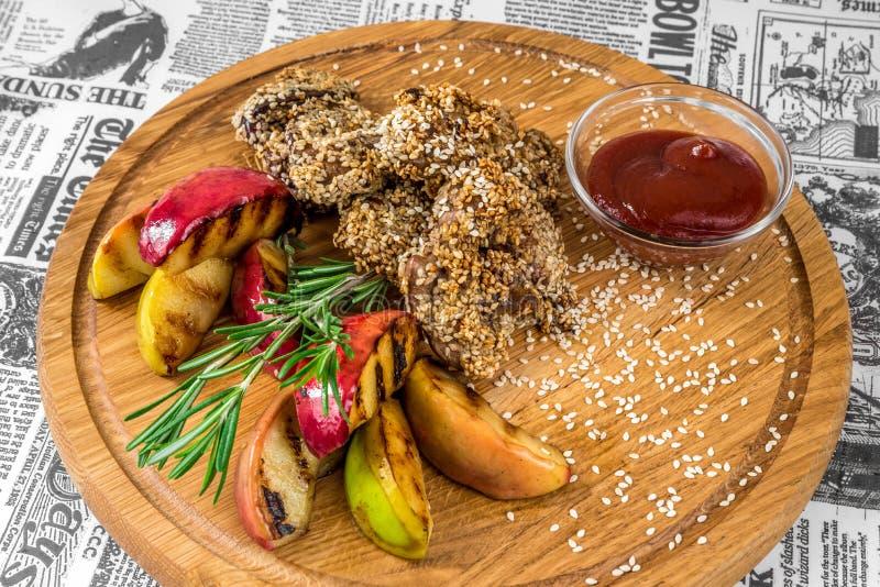 Carne fritta con sesamo, le mele e la salsa fotografia stock