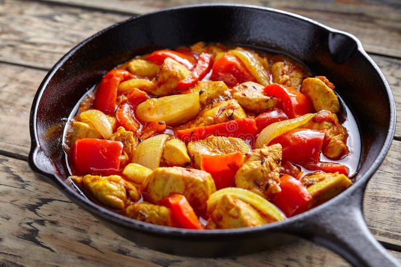 Carne fritta piccante del curry indiano tradizionale sano della cultura di jalfrezi del pollo con i peperoncini rossi e le verdur immagini stock libere da diritti