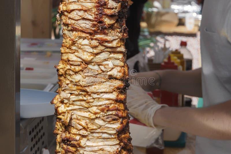 Carne fritta su uno spiedo per la cottura dei donatori o dello shawarma fotografia stock