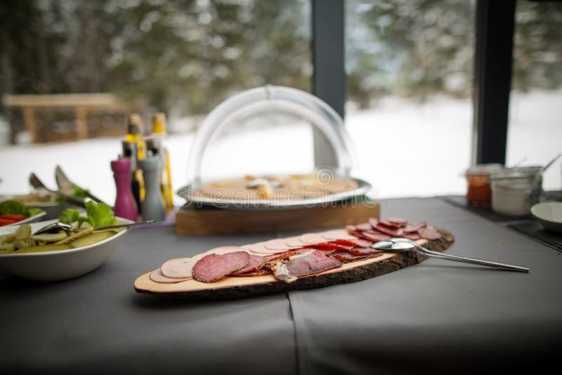 Carne fumado deliciosa em uma placa de madeira rústica servida para tudo você pode comer o bufete, foto de stock royalty free