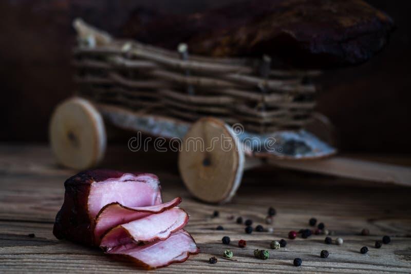 Carne fumado no fundo de madeira fotos de stock