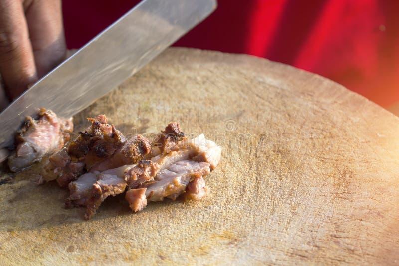 Carne grelhada cortada fina na placa de corte de madeira fotografia de stock royalty free