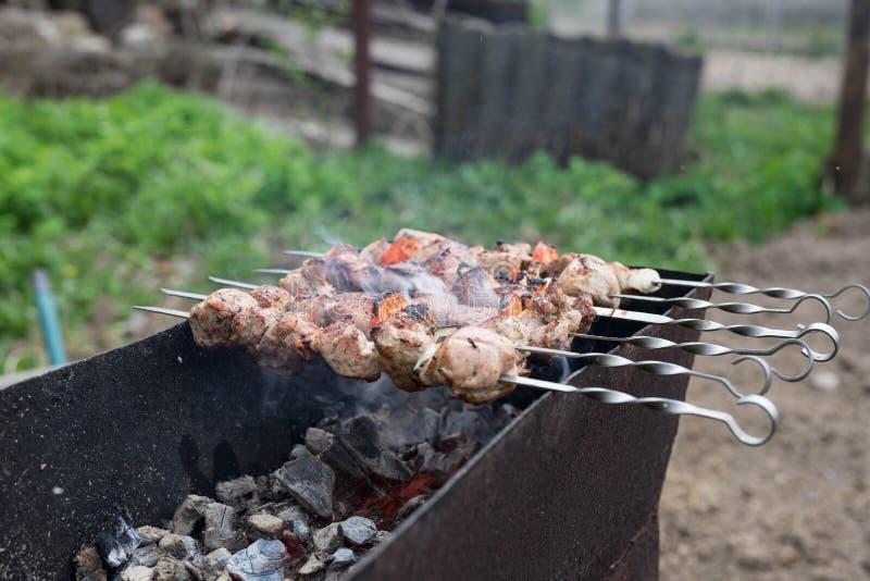 A carne grelhada cozinhou em uma grade com vegetais foto de stock
