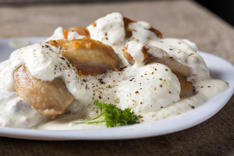 Carne grelhada da galinha sob o molho de creme e leitoso fotografia de stock