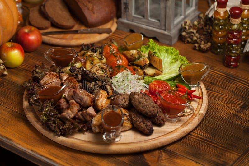 Carne grelhada em uma bandeja de madeira fotografia de stock royalty free