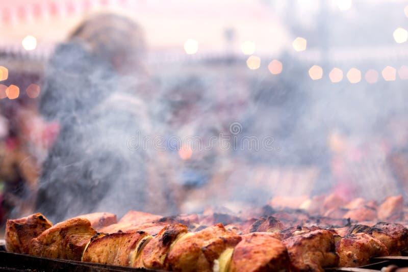Carne grelhada fresca com os no espeto vegetais, shish, no espeto, assado imagem de stock