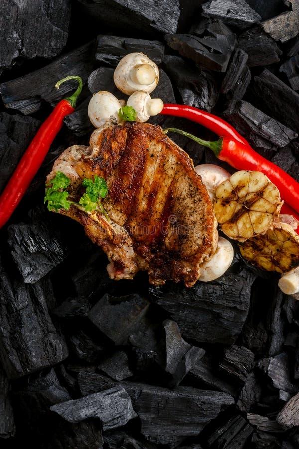 Carne grelhada no fundo de carvões fotos de stock