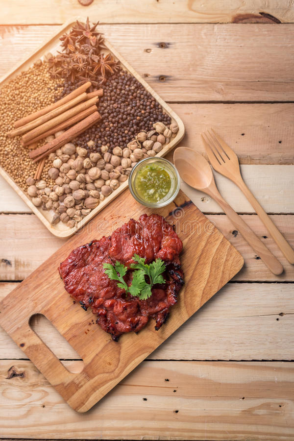 Carne grelhada, ramo dos alecrins e pimenta encarnado em um l de madeira imagem de stock royalty free