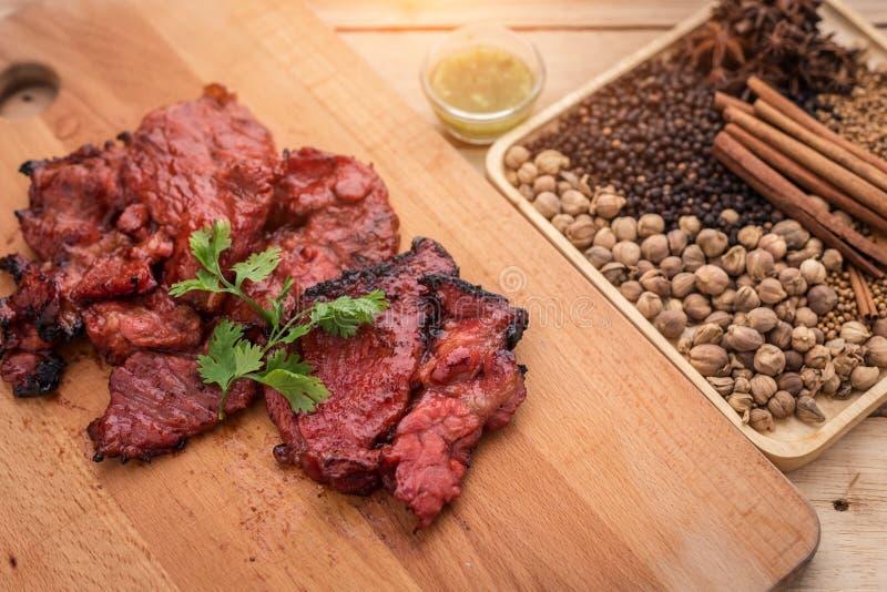 Carne grelhada, ramo dos alecrins e pimenta encarnado em um l de madeira imagens de stock royalty free