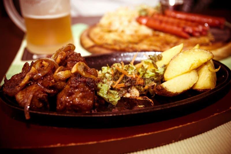 Carne com batatas e cerveja das fritadas fotos de stock
