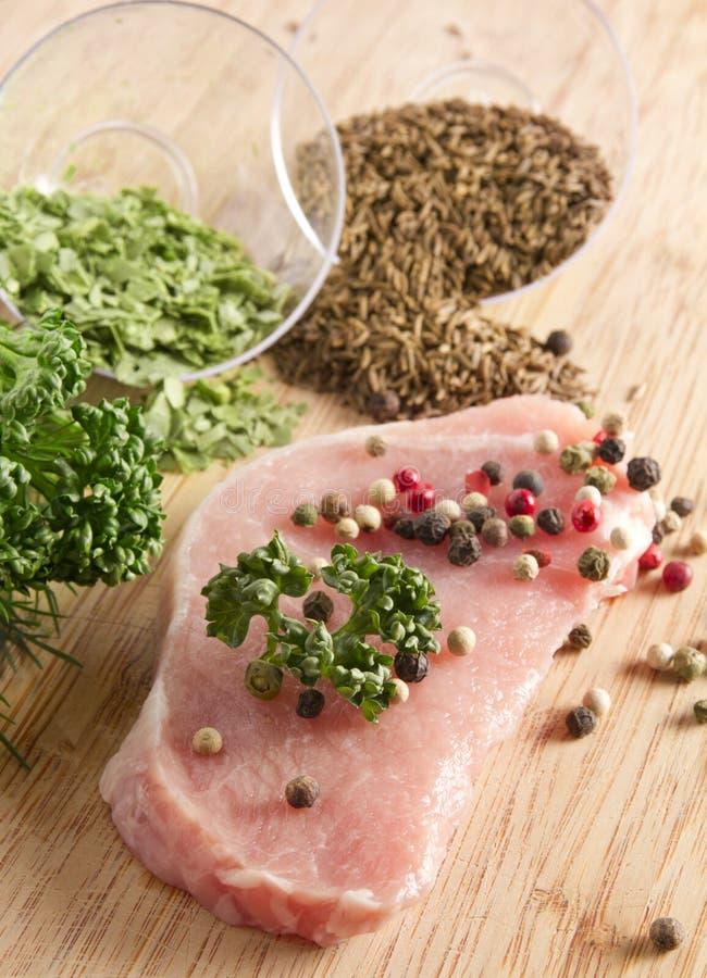 Carne grezza con le spezie fotografia stock libera da diritti