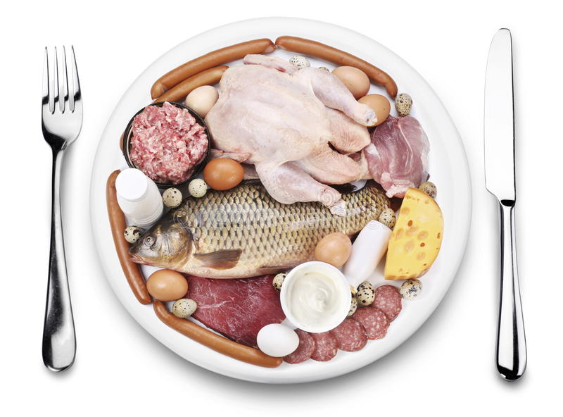 Carne grezza e prodotti lattier-caseario su una zolla. immagini stock