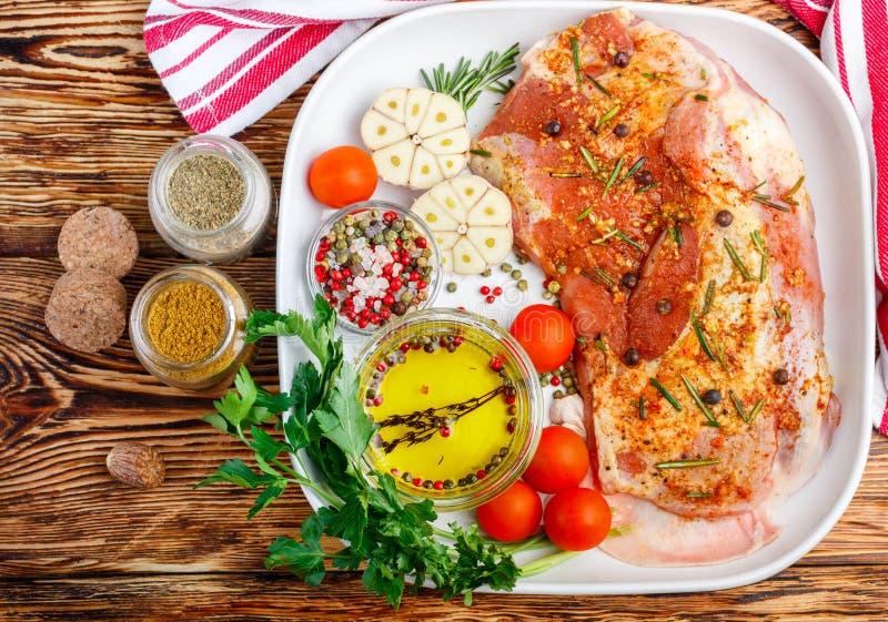 Carne grezza fresca Agnello con le spezie immagini stock