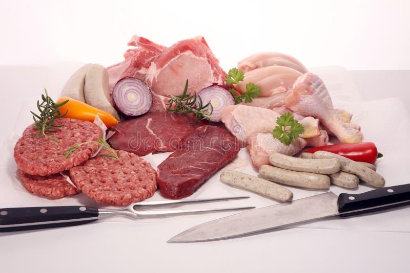 Carne grezza Tipi differenti di carne suina, di pollo e di manzo crudi con le spezie e le erbe immagine stock libera da diritti