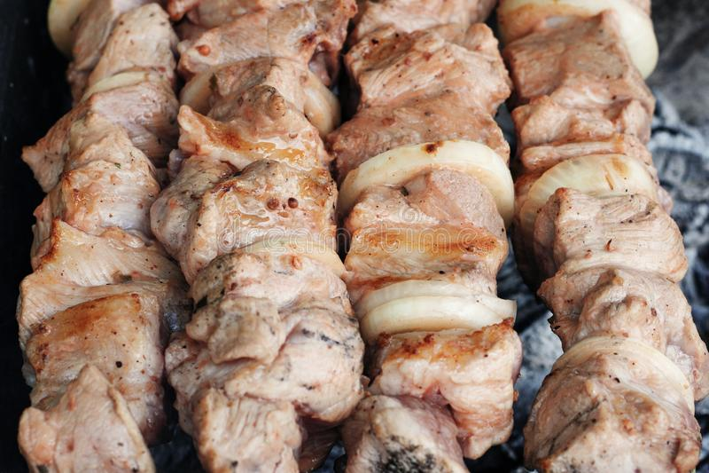Carne grigliata sulla griglia sulla natura, sui carboni caldi, fumo fotografia stock libera da diritti