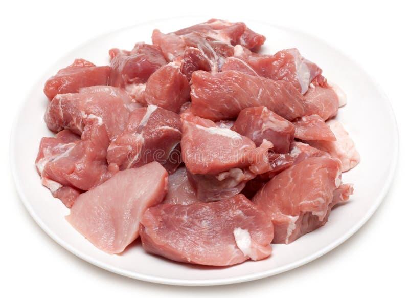 Carne húmeda en la placa blanca imagen de archivo
