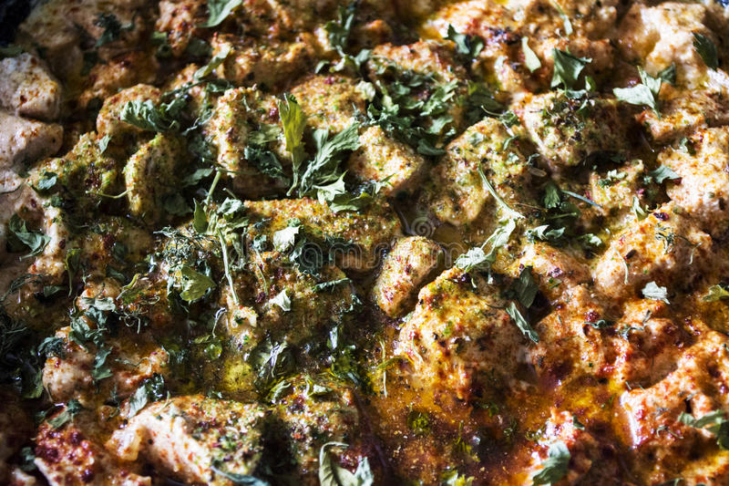 Carne jugosa del restaurante Carne guisada con las especias Perejil, eneldo, pimienta, orégano, sal Carne hermosa Plato con la ca fotografía de archivo
