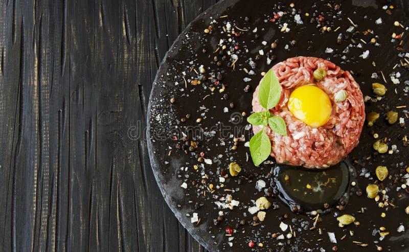Carne a la tártara de la carne picadita cruda con la sal y las especias imágenes de archivo libres de regalías