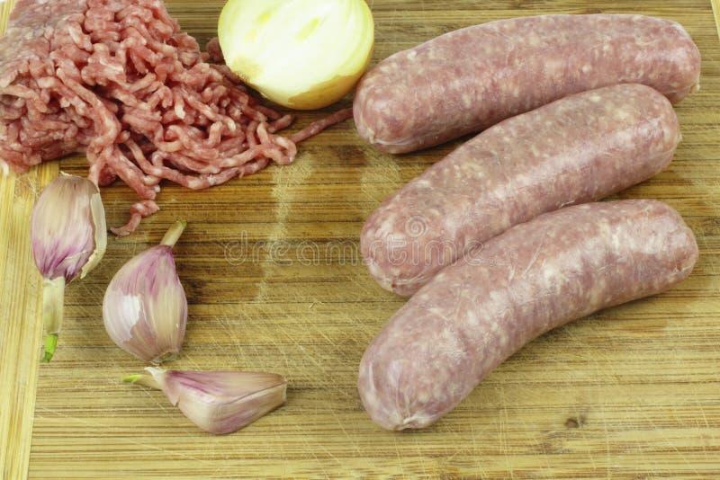 Carne macinata e salsiccia cruda fotografia stock libera da diritti