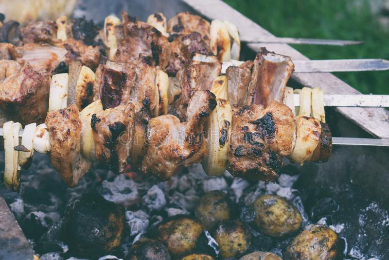 Carne marinata barbecue con la cipolla ed il bacon Shashlik o kebab che prepara sulla griglia sopra carbone in natura Skewere di  fotografia stock