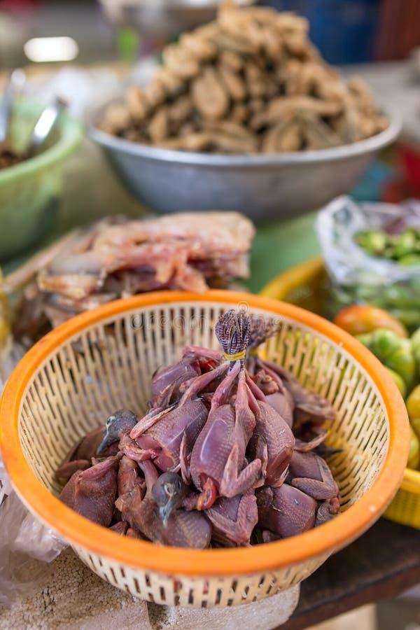 Carne morta dei pulcini degli uccelli da vendere al mercato birmano fotografia stock