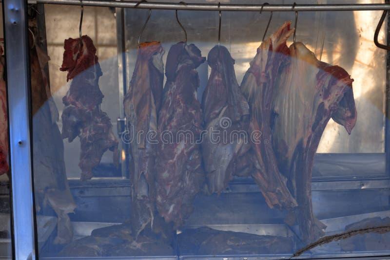 Carne na exposição no açougue fotos de stock