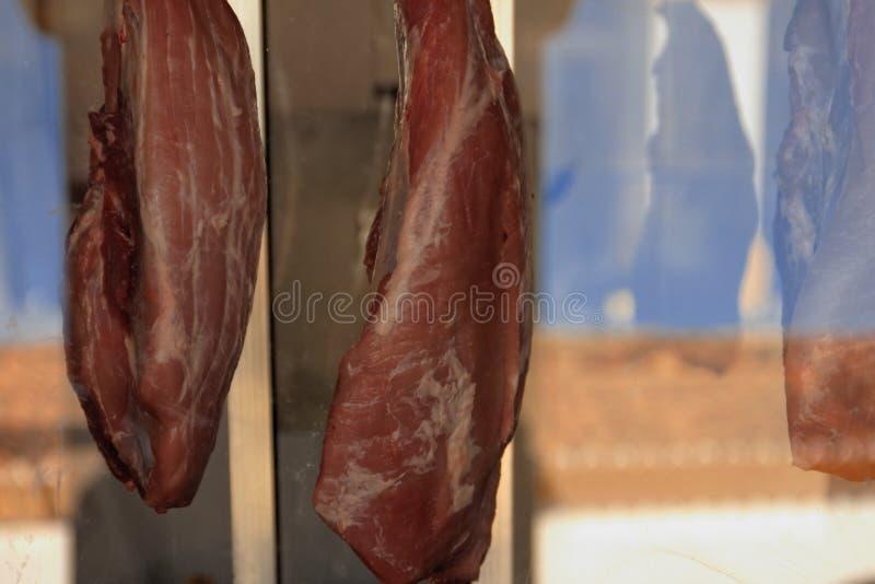 Carne na exposição no açougue foto de stock royalty free