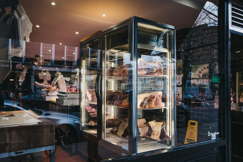Carne na exposição varejo do açougue do monte da prímula no monte da prímula, Londres, Reino Unido imagem de stock
