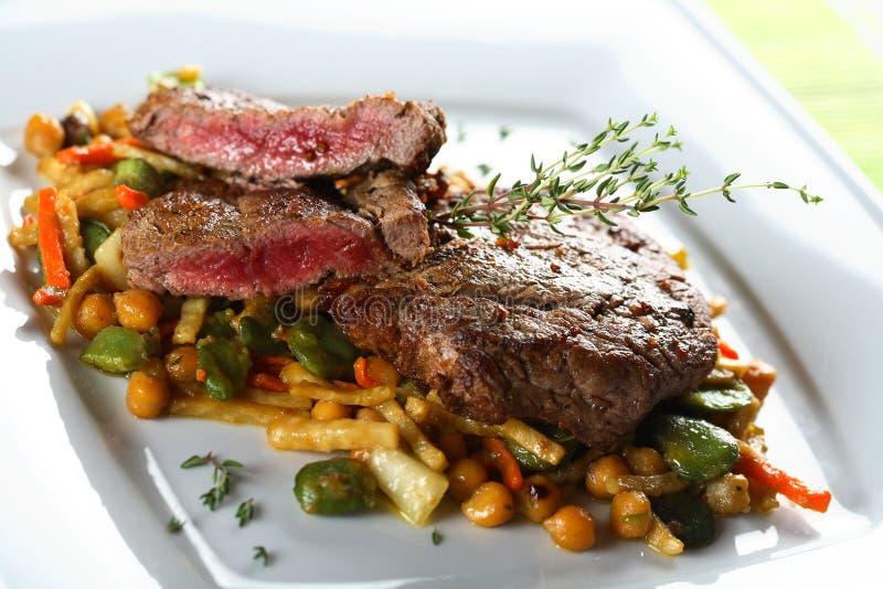 Carne na placa branca fotos de stock royalty free