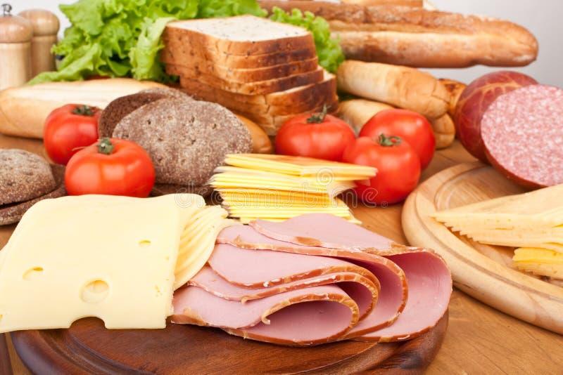 Carne, pan y verduras imagen de archivo