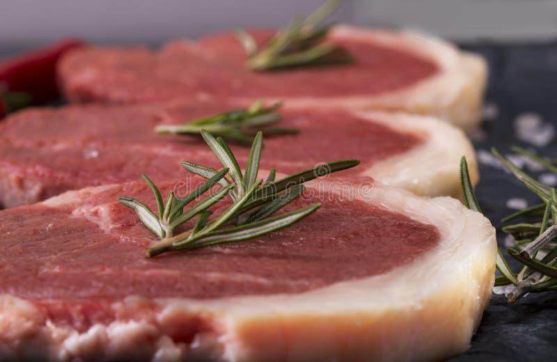 Carne para cocinar el filete, en un fondo de mármol imágenes de archivo libres de regalías