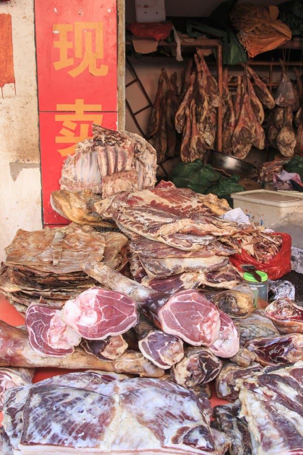 Carne para la venta en un mercado tradicional de Kunming en China imagen de archivo