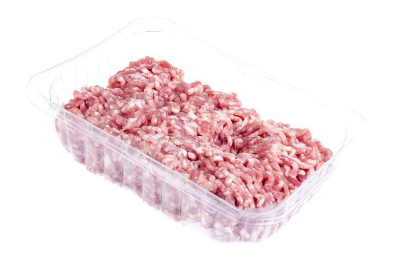 Carne picadita cruda en envase de plástico fotos de archivo