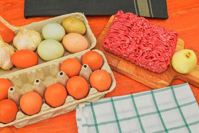 Carne picadita, huevos, ajos y cebolla Carne picadita mezclada lista a hacer las hamburguesas, ` graso s, meaetballs Fotografía d foto de archivo libre de regalías