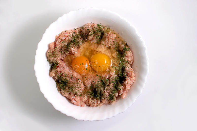 Carne picadita y huevos sin procesar imágenes de archivo libres de regalías