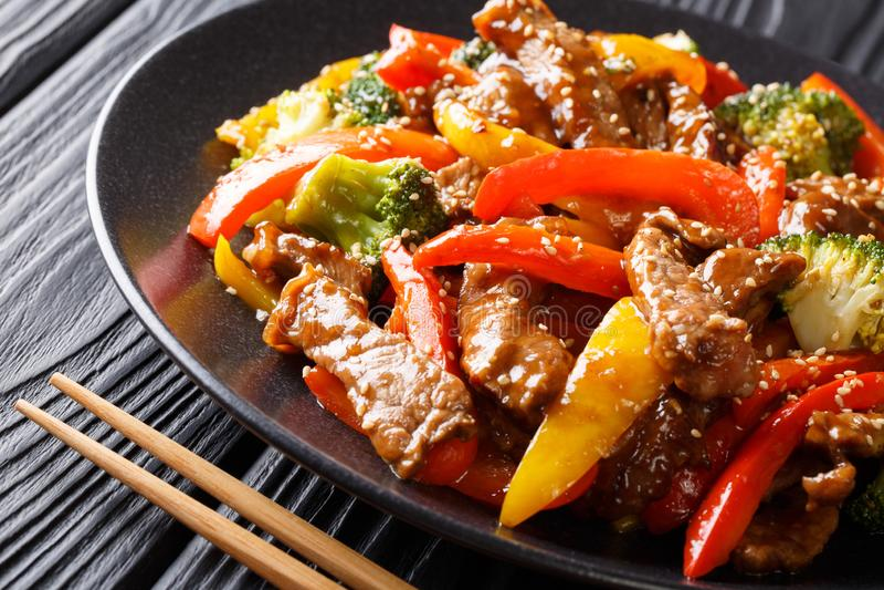 Carne picante asiática recentemente preparada do teriyaki com o b vermelho e amarelo fotografia de stock