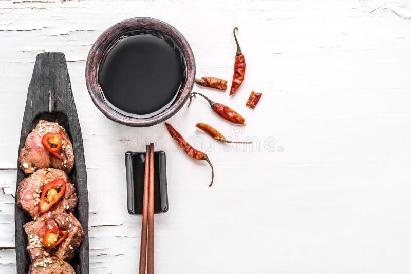 Carne picante oriental na opinião superior do fundo branco imagens de stock