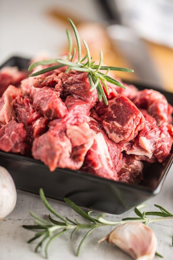 carne Pimenta e alecrins cortados crus de sal de cebola do alho da carne da carne fotografia de stock