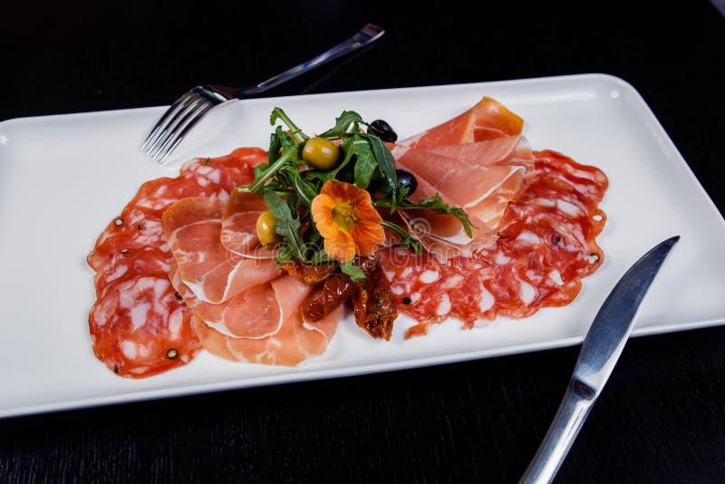 Carne que corta el disco - jamón de prosciutto, bresaola, pancetta, salami y parmesano imagen de archivo libre de regalías