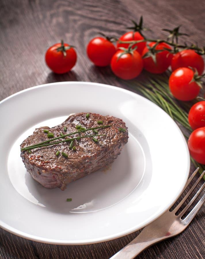 Carne quente grelhada do bife na placa foto de stock