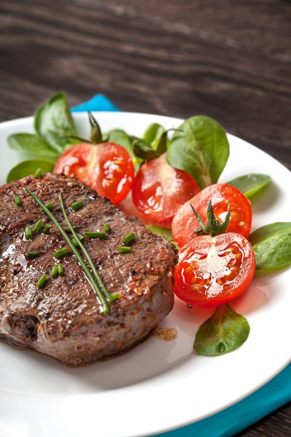 Carne quente grelhada do bife na placa foto de stock royalty free