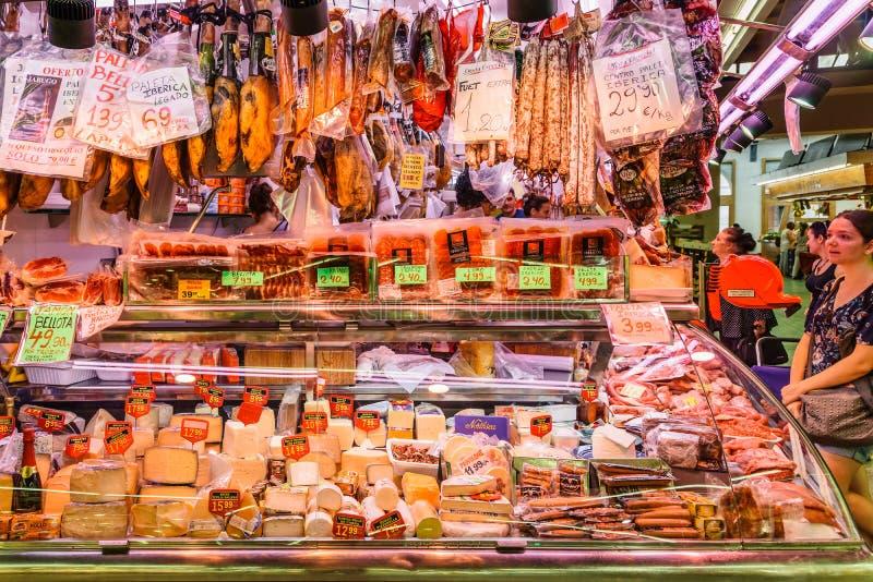 Carne, queso y productos lácteos para la venta en Santa Catarina Market Of Barcelona City imagenes de archivo