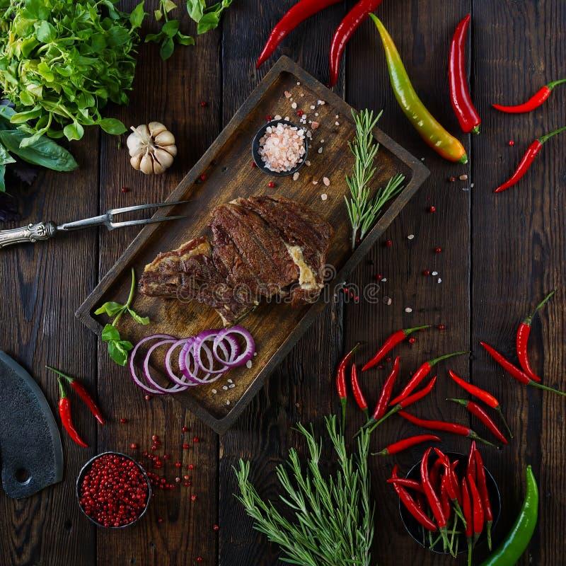 Carne Roasted com cebolas, alho, especiarias, as ervas frescas, pimenta vermelha e sal imagens de stock royalty free