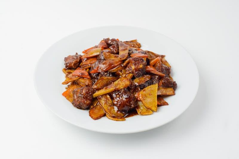 Carne Roasted com os vegetais na placa em branco isolada no branco fotografia de stock