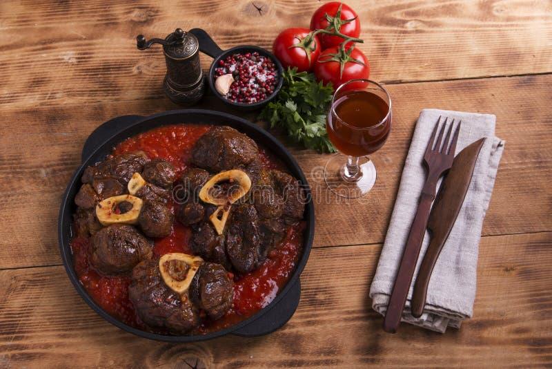Carne Roasted no osso Osso Buco no molho de tomate imagens de stock