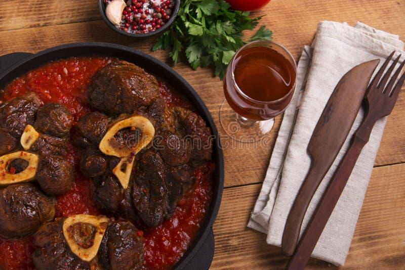 Carne Roasted no osso Osso Buco no molho de tomate imagens de stock royalty free