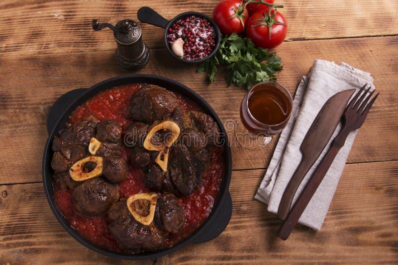 Carne Roasted no osso Osso Buco no molho de tomate foto de stock